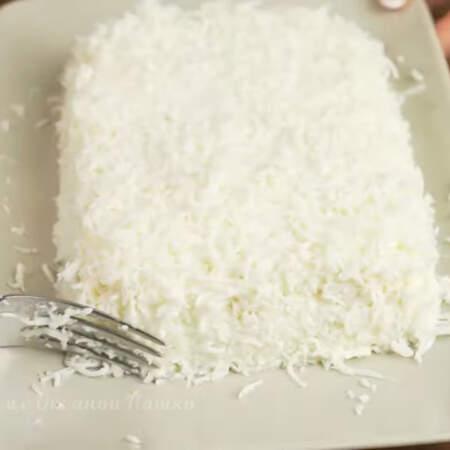 Последним слоем кладем тертый белок. Покрываем салат полностью сверху и по бокам.  Салат выравниваем со всех сторон, делая его прямоугольной формы.