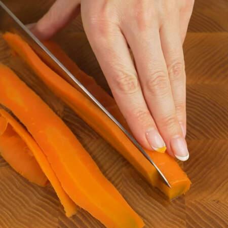 Берем одну отварную морковь и нарезаем ее длинными пластинками.