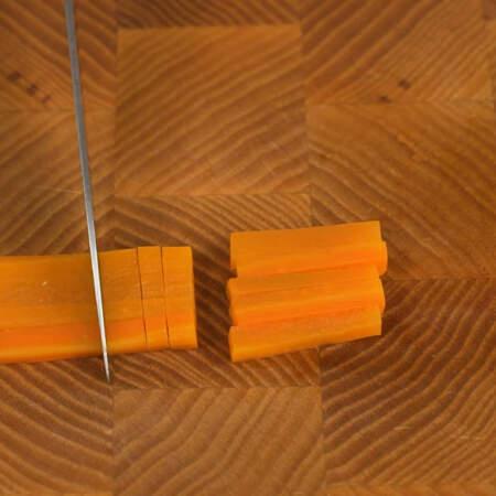 Полоски разрезаем на брусочки, маленькие кубики и прямоугольники.