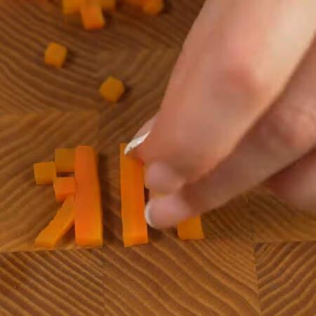 Из морковных заготовок складываем буквы на доске.