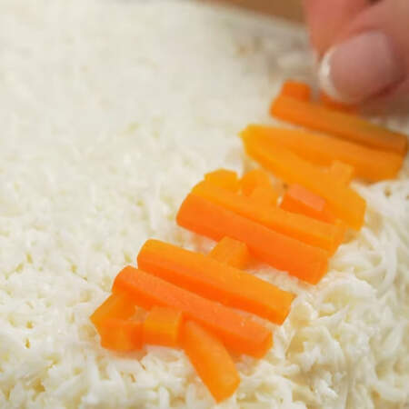 Подготовленные буквы переносим на салат. Аккуратно их выставляем в нижней части календаря.