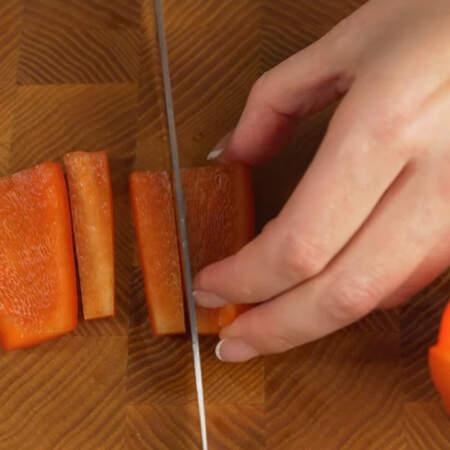 Из перца вырезаем две полоски.