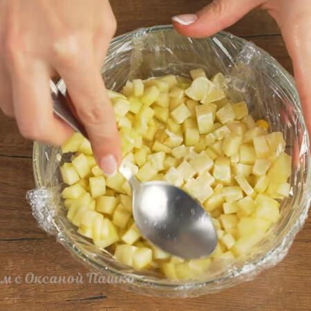 Сверху выкладываем нарезанное яблоко. Его тоже его утрамбовываем.