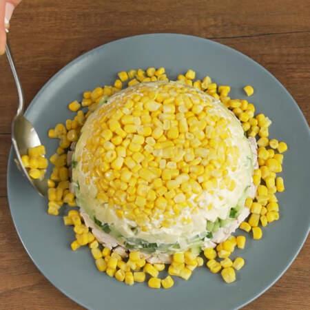 По бокам салат украшаем оставшейся кукурузой.