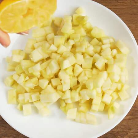 Для того, чтобы яблоко не темнело, поливаем его лимонным соком. Все перемешиваем.