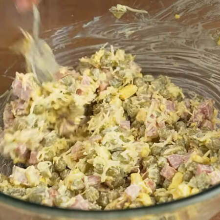 Салат заправляем 2 ст. л. майонеза и перемешиваем.