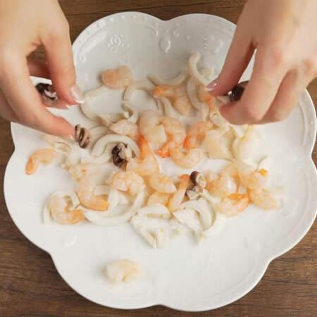 На блюдо выкладываем подготовленный морской коктейль. Я взяла блюдо диаметром 25 см.