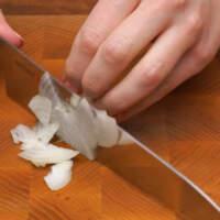 Сначала маринуем лук для салата. Половину небольшой луковицы нарезаем четверть кольцами.