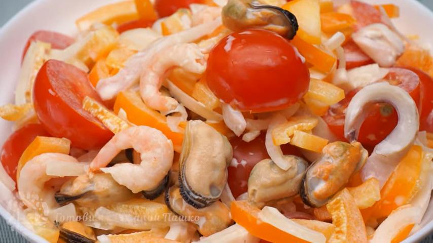 Салат Чудо Чудное с морским коктейлем получился очень вкусным и необычным. Если любите морепродукты, то этот салат вам точно понравится. Салат очень желательно заправлять майонезом перед самой подачей на стол.