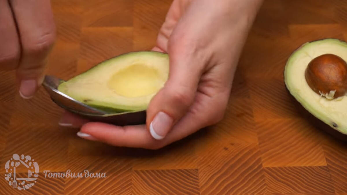 Подготовим все ингредиенты. 2 спелых авокадо моем и разрезаем на 2 части. Зрелое авокадо очень легко отсоединяем от шкуры с помощью столовой ложки.