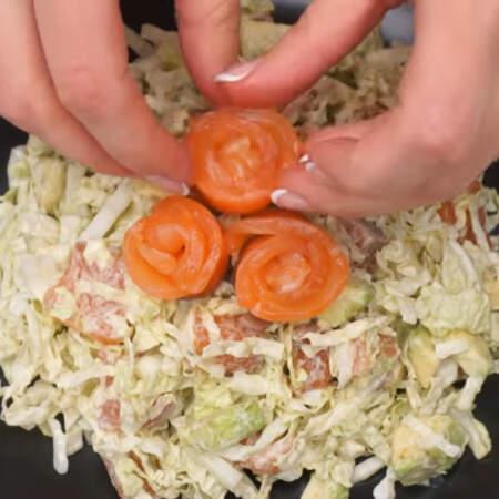 Розочки ставим сверху на салат.