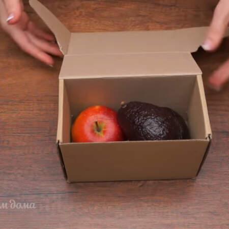 Если вы купили недозревшие плоды, то для того, чтобы авокадо быстро созрело и стало мягким и вкусным нужно взять бумажную коробку без дырочек или плотный бумажный пакет и положить в нее авокадо и одно спелое яблоко или банан.