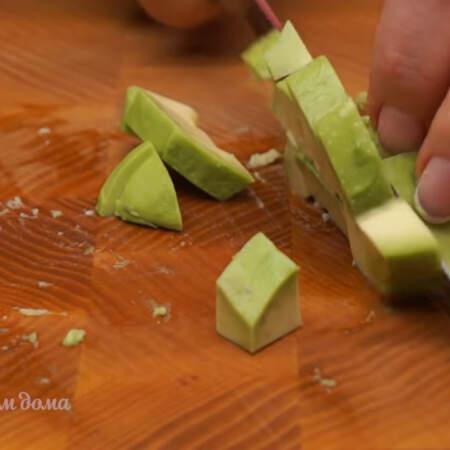 Очищенные авокадо нарезаем кубиками.