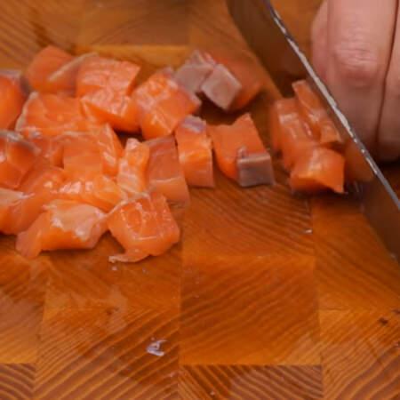 Остальную рыбу нарезаем кубиками. Всего понадобится примерно 200-300 г красной соленой рыбы.