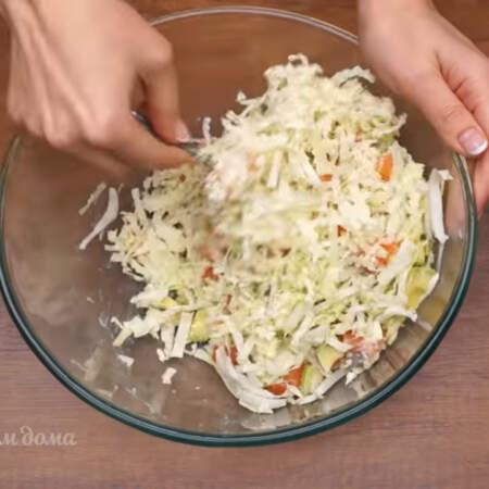 Все заправляем 2 ст.л. майонеза и перемешиваем. Майонез в этом салате можно заменить густым несладким йогуртом.