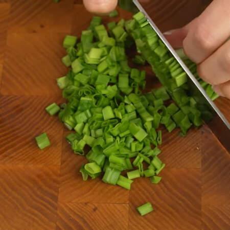 Сначала подготовим ингредиенты. Небольшой пучок зеленого лука мелко нарезаем ножом.