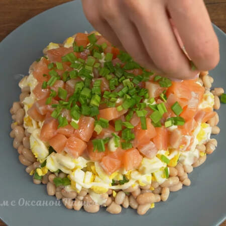 Сверху салат посыпаем зеленым луком. Салат готов можно подавать на стол.