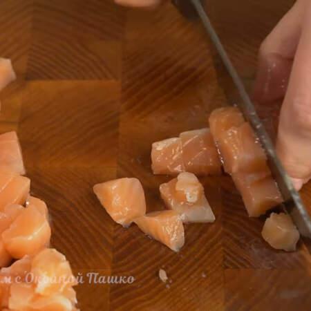 250 г соленой красной рыбы тоже нарезаем кубиками.