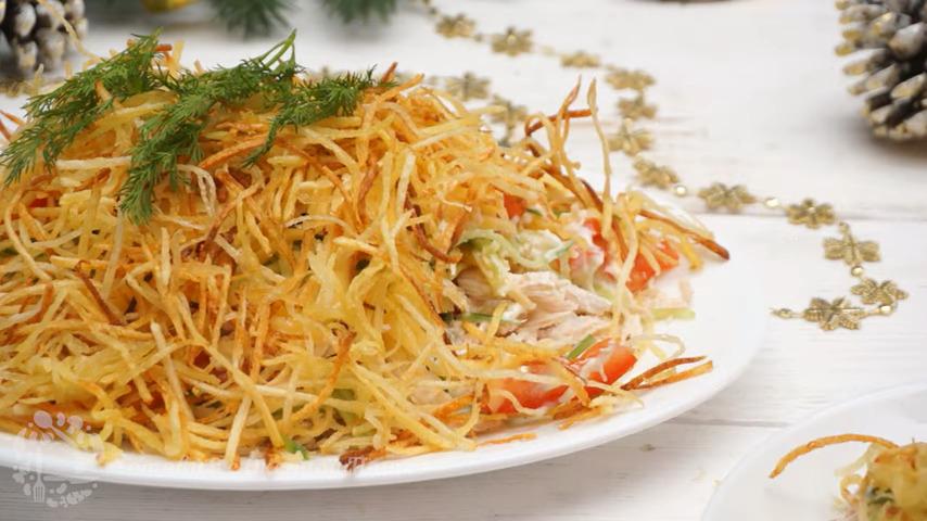 Салат Муравейник получился очень вкусным и нежным. Жареная картофельная соломка придает этому салату особенный вкус и вид. Обязательно приготовьте такой салат на новогодний Праздничный стол.