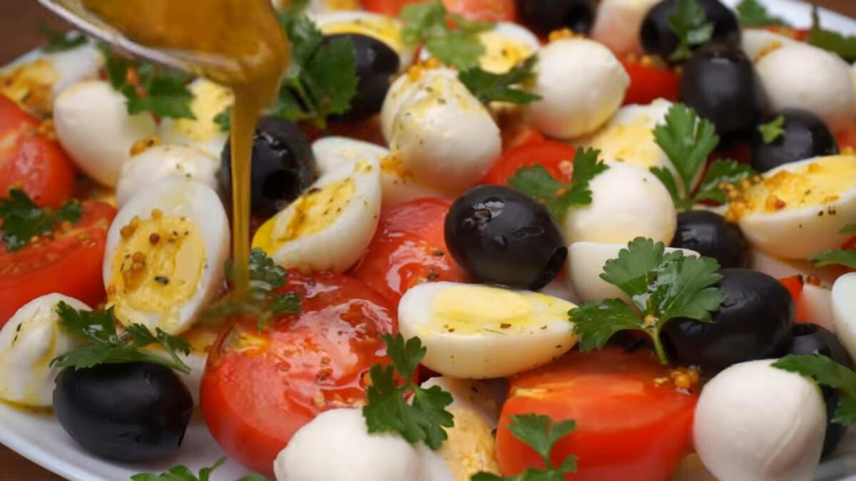 Приготовленной заправкой равномерно поливаем салат сверху. Поливаем ложкой, чтобы заправка попала на все овощи.