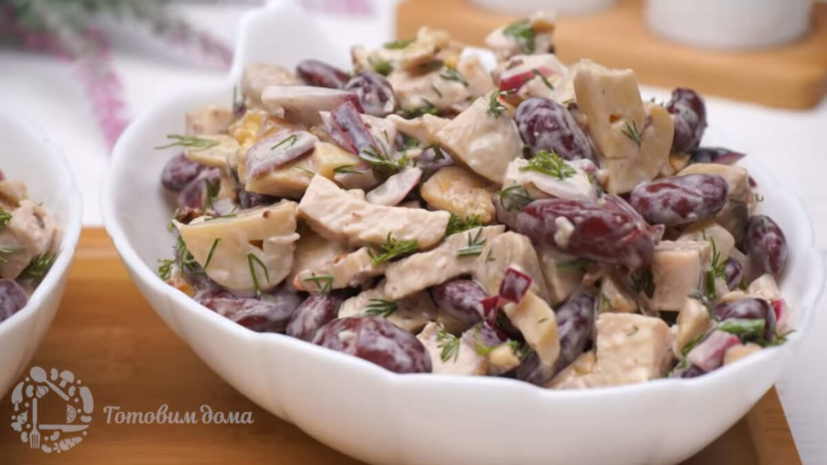Салат с фасолью грибами и курицей получился очень вкусным и необычным.  Такой салат отлично подходит на праздничный стол, а готовить его совсем несложно.