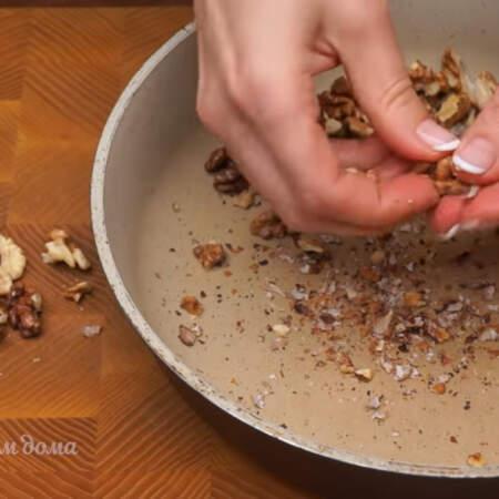 Уже поджаренные и немного остывшие орехи чистим от шелухи, насколько это возможно.