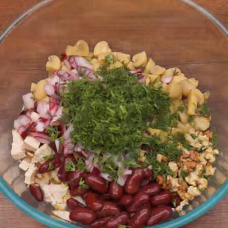 В миску кладем нарезанное филе, одну четырехсот граммовую банку красной консервированной фасоли, измельченные орехи, нарезанные грибы, маринованный лук и нарезанный укроп.