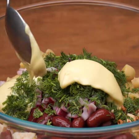 Салат заправляем 2 ст.л. майонеза и перемешиваем. Солить салат не нужно, так как все ингредиенты уже соленые.