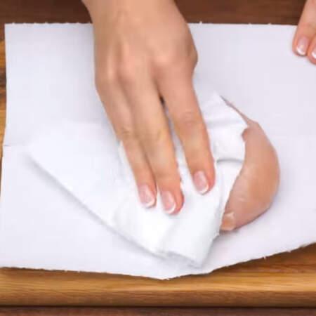Сначала для салата подготовим мясо. Берем 300 г куриного филе, моем и обсушиваем бумажными полотенцами.