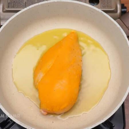 Подготовленное филе кладем на разогретую сковороду с растительным маслом.