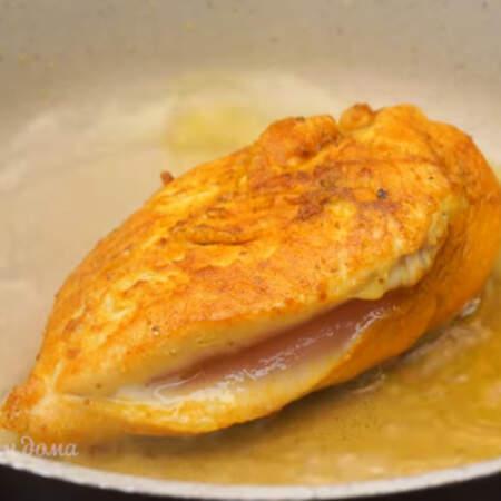 Когда мясо поджарилось с двух сторон, наливаем в сковороду полстакана кипятка и накрываем ее крышкой.