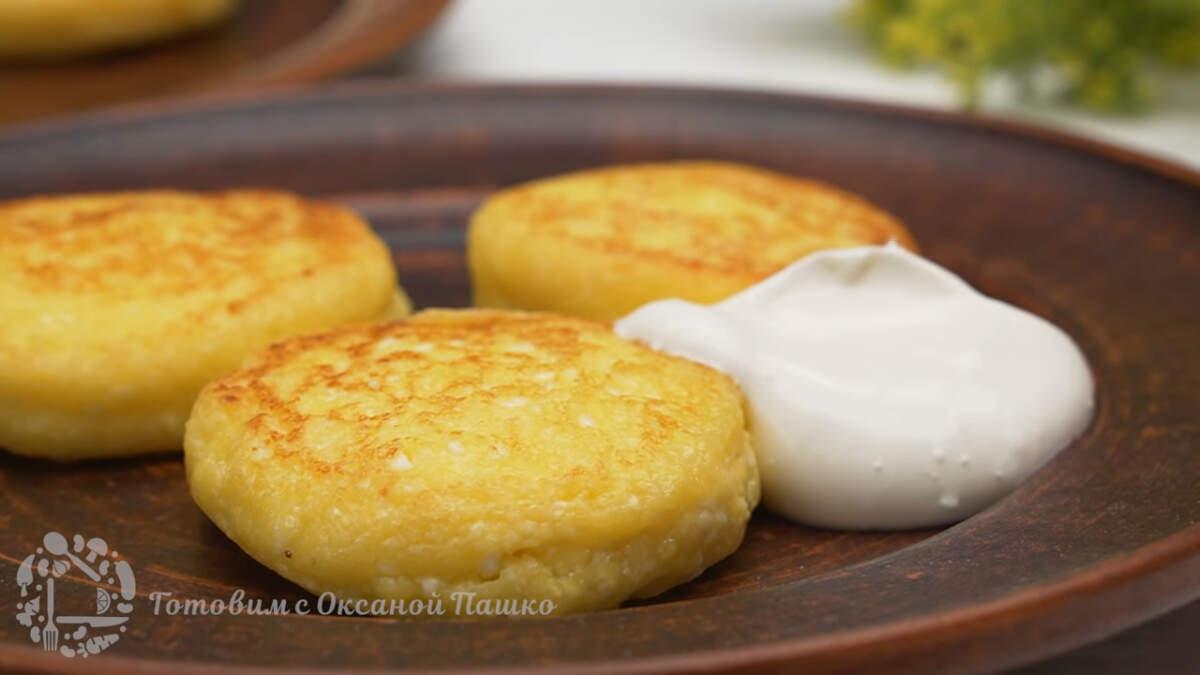 Сырники готовы можно подавать на стол. Сырники получились очень вкусными, в меру сладкими и не сухими. Готовятся они очень просто и быстро.  Из этого количества ингредиентов у меня получилось 12 сырников.