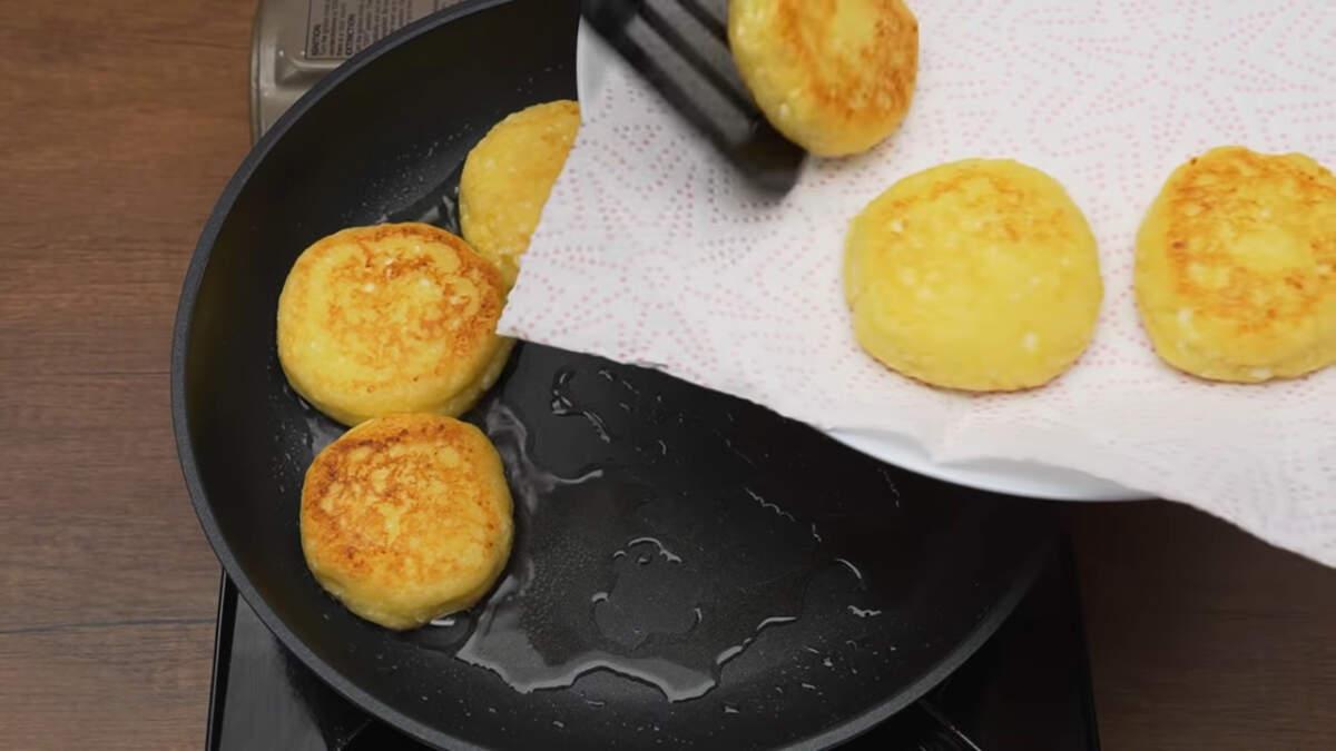 Готовые сырники, снимаем со сковороды на бумажное полотенце, чтобы стек лишний жир.