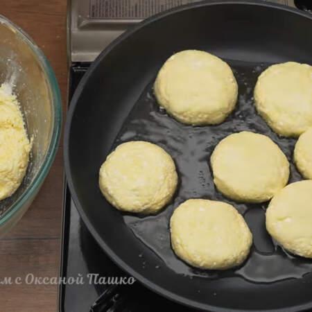 Сырники выкладываем на сковороду с небольшим количеством растительного масла.