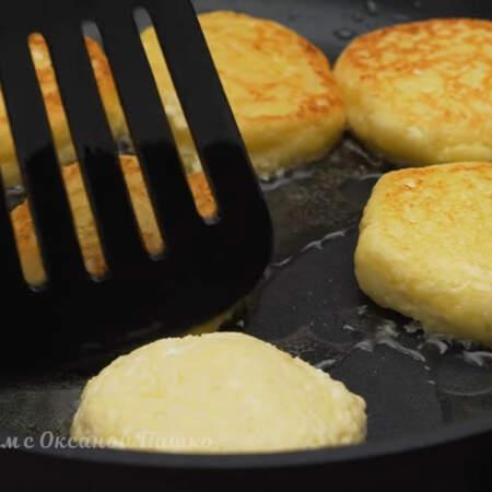 Жарим сырники на среднем огне с одной стороны до золотистой корочки.  Когда сырники поджарились с одной стороны, переворачиваем их на другую строну.