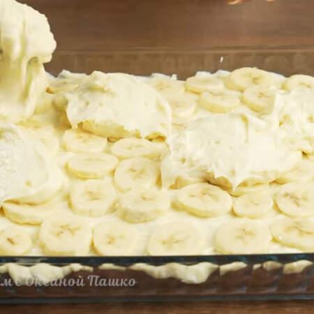 Сверху на бананы выкладываем оставшийся крем.