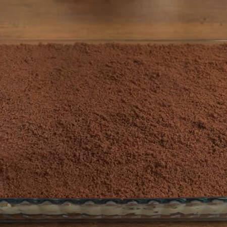 Я сверху торт еще раз посыпаю тонким слоем крошки, чтобы торт выглядел более объемным.   Все ставим в холодильник застывать на 1 час.