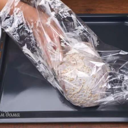 Подготовленное мясо кладем в рукав для запекания. Рукав завязываем со всех сторон.