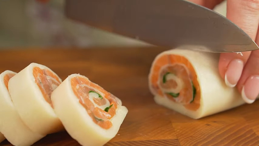 Готовый рулет нарезаем на порционные кусочки, красиво выкладываем на блюдо и подаем на стол.