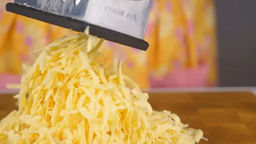 Сперва приготовим сырный омлет.  350 г сыра трем на крупной терке.