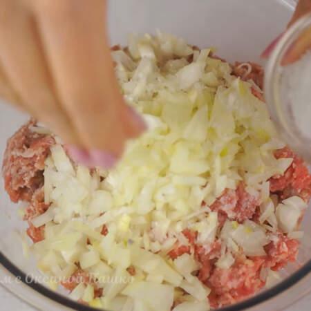 В миску кладем 0,5 кг фарша, добавляем нарезанный лук, солим и перчим по вкусу.