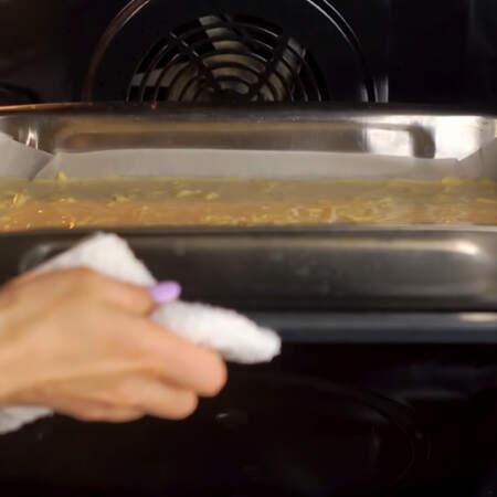 Омлет ставим в разогретую духовку до 200 градусов. Выпекаем примерно 20 минут.
