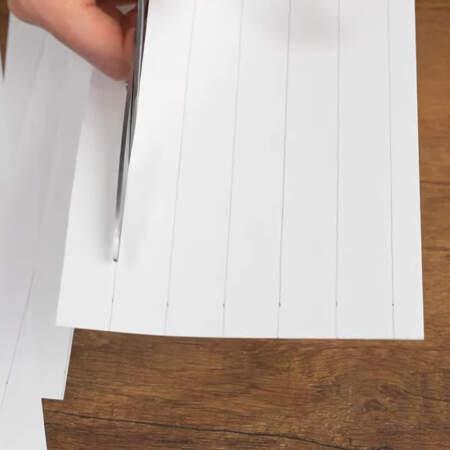 Для украшения торта нарезаем полоски из бумаги шириной 2 см.
