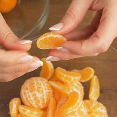 а остальные мандарины разбираем на дольки. Мандарины желательно использовать без косточек и небольшого размера.
