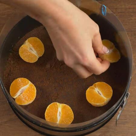 Достаем форму из холодильника и расставляем 6 половинок мандаринов по бокам.