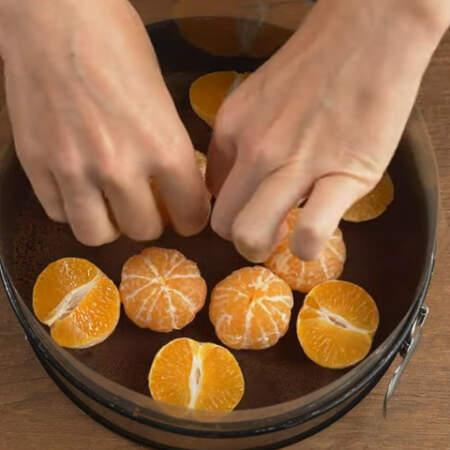 По центру ставим целые мандарины.