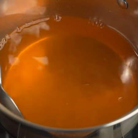 Постоянно перемешивая нагреваем желе, пока не растворится весь желатин.  Желейной массе даем остыть до комнатной температуры.