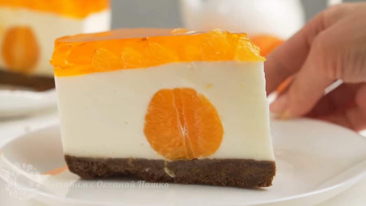 Торт с мандаринами без выпечки получился необычайно красивым. Глядя на этот торт сразу приходит Новогоднее настроение.  Торт в меру сладкий и нежный, а особенный вкус ему придают мандарины.