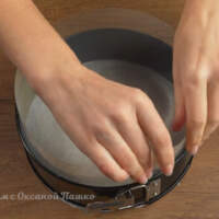 Берем форму для выпечки, застилаем дно пергаментной бумагой и ставим по бокам ацетатную пленку.