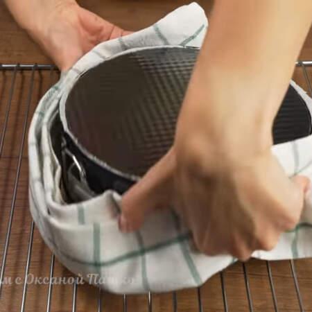 Готовый бисквит достаем из духовки и ставим на решетку вверх дном. Даем ему полностью остыть, а еще лучше отлежаться ночь. Тогда он будет хорошо разрезаться и меньше крошится.